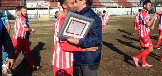 Foto b) Abbraccio tra Grossi e Franzese
