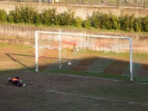 Foto k) secondo gol di Giglio con Chironi trafitto nell'angolino basso alla sua dx