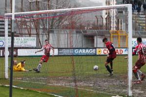 FOTO A) De Stefano sta per siglare il gol partita