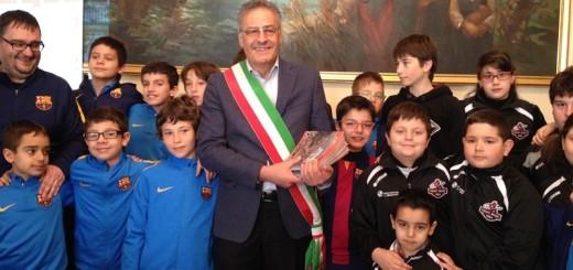 Foto c) il primo cittadino di Sora con i piccoli atleti