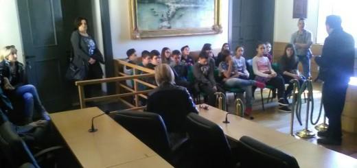 Gli studenti nella sala consiliare immagine 1