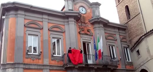Drappo rosso in Municipio immagine 5