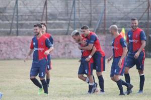 Giocatore festeggiato del Ceccano dopo il gol